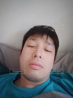 若い男の子がベッドで寝ているの写真・画像素材[3127114]