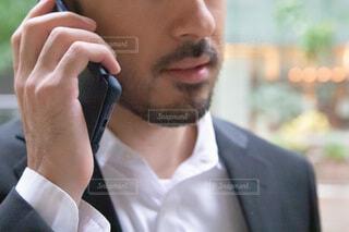 携帯電話で話している人の写真・画像素材[3772143]