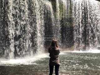 滝と女性の写真・画像素材[1760130]