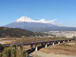 富士山をバックに自然と人工物の調和の写真・画像素材[1760363]