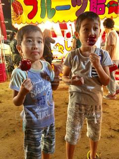 りんご飴を食べる男の子の写真・画像素材[1762983]