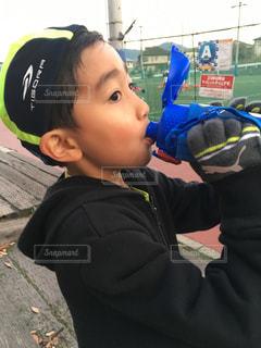 水筒のお茶を飲む男の子の写真・画像素材[1763103]