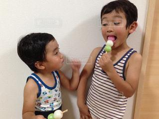 団子を食べる男の子の写真・画像素材[1763695]
