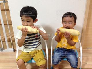 とうもろこしを食べる兄弟の写真・画像素材[1763803]