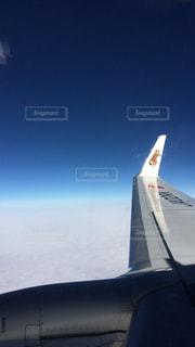 空を飛んでいる飛行機の写真・画像素材[1795558]