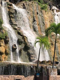 いくつかの水の上の大きな滝の写真・画像素材[1761771]