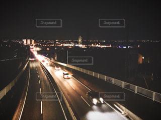 車のライトと街の灯りの写真・画像素材[1835618]