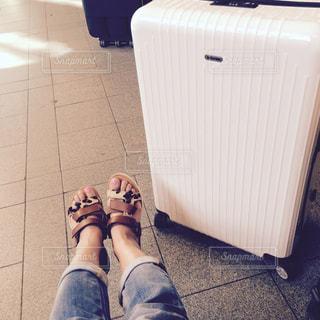 スーツケースと私の写真・画像素材[1762746]