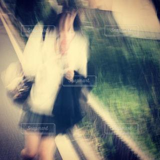 歩く制服女子高生のぼかしアップの写真・画像素材[1761694]
