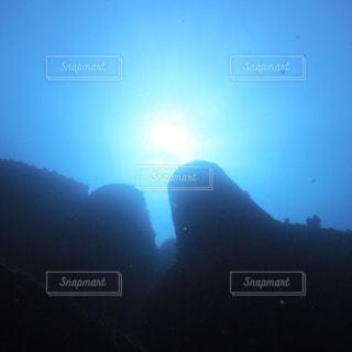 海底岩と太陽の写真・画像素材[1761818]