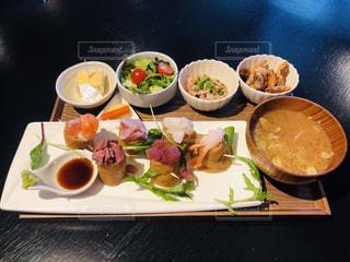 テーブルの上に食べ物のプレートの写真・画像素材[1833436]