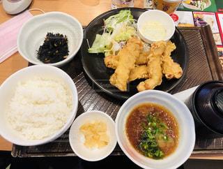 テーブルの上に食べ物のボウルの写真・画像素材[1871408]