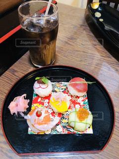 木製のテーブルの上に座っている食べ物の皿の写真・画像素材[2133010]