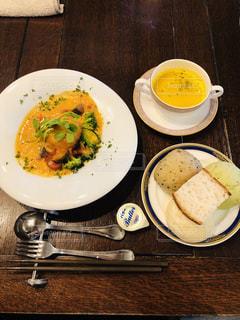 食卓の上の食べ物の皿の写真・画像素材[2133363]