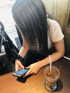 テーブルの上に座っている女性の写真・画像素材[2168684]
