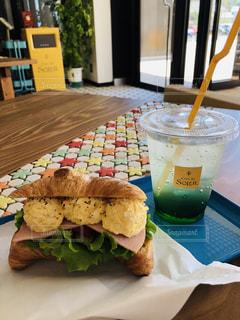 テーブルの上に座っているサンドイッチの写真・画像素材[2210933]