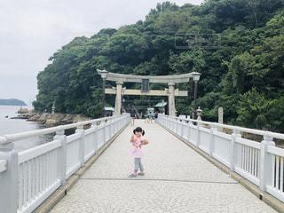 橋の上を歩く人の写真・画像素材[2278479]