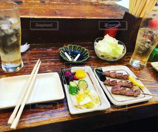 テーブルの上の食べ物のトレイの写真・画像素材[2418355]