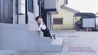 建物の前で空中を飛び跳ねる男の写真・画像素材[2691884]