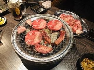 テーブルの上に座っている食べ物のボウルの写真・画像素材[2713357]