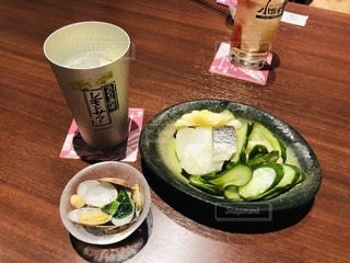 食べ物の皿とテーブルの上のコーヒー1杯の写真・画像素材[2785277]