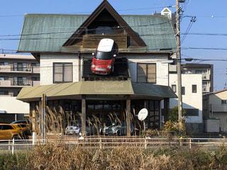 クリスマスストーリーハウスを背景に家の前に立つ人々のグループの写真・画像素材[2842822]
