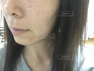 眼鏡をかけた女性がカメラを見ている間近での写真・画像素材[2910519]