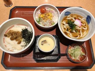 テーブルの上に食べ物のボウルの写真・画像素材[2921033]