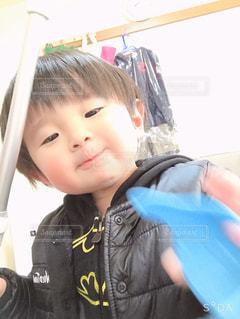 赤ん坊を抱いている少年の写真・画像素材[2930821]