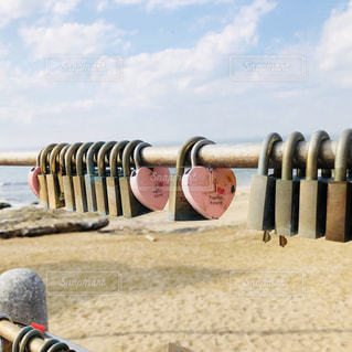 砂浜の上に立つ人々のグループの写真・画像素材[2947347]