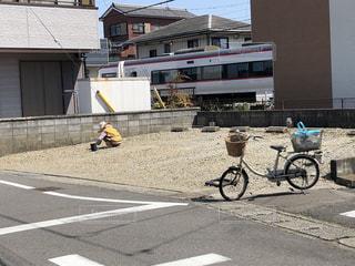 建物の脇に駐車している自転車の写真・画像素材[3087130]