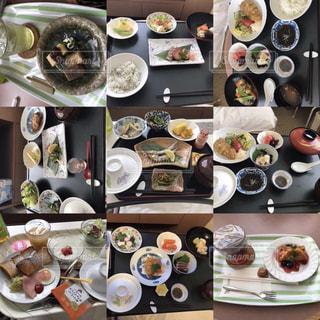 食べ物の束をテーブルの上に置くの写真・画像素材[3088538]