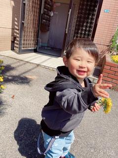 バナナを持っている小さな男の子の写真・画像素材[3122077]