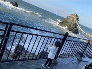 橋の上に立っている男の写真・画像素材[3930513]