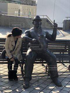 ベンチに座っている男の像の写真・画像素材[1763501]