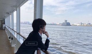 海を眺める人の写真・画像素材[2156129]
