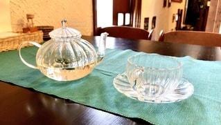 木製のテーブルの上のティーポットとカップの写真・画像素材[3451299]