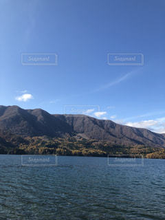 秋の青木湖の写真・画像素材[2712203]