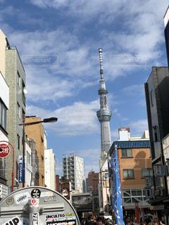 近くに忙しい街の通りのの写真・画像素材[1765704]