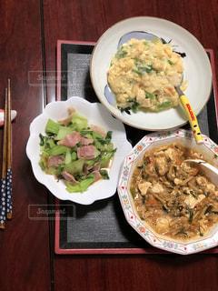 テーブルの上に食べ物のプレートの写真・画像素材[1770910]