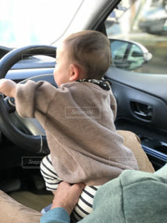 車の座席に座っている小さな男の子の写真・画像素材[1777780]