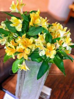 テーブルの上に花瓶の花の花束の写真・画像素材[1824655]