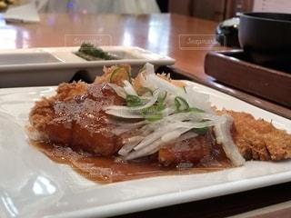 テーブルの上の食べ物の皿の写真・画像素材[2366057]