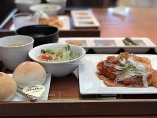 テーブルの上の食べ物のトレイの写真・画像素材[2366058]