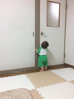 部屋に立っている小さな男の子の写真・画像素材[1768836]