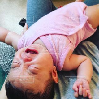 膝の上で泣く赤ちゃんの写真・画像素材[1767749]