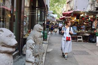 女が通りを歩きながらの写真・画像素材[1769078]