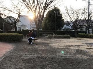 夕方の公園を散歩する介護師と老人の写真・画像素材[1776540]