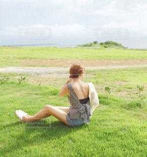 緑の草原と女性の後姿の写真・画像素材[1769481]