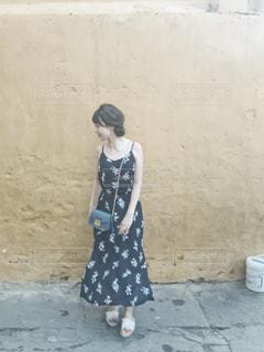 壁の前に立つ女性の写真・画像素材[1769583]